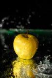 Spritzen auf Apfel Lizenzfreie Stockfotografie