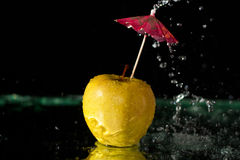 Spritzen auf Apfel Stockfotos