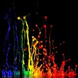 Spritzen der Acrylfarbe, mischende Farben des abstrakten Hintergrundes auf Schwarzem Lizenzfreie Stockbilder