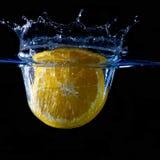 Spritzen der Frucht auf Wasser Lizenzfreie Stockfotografie