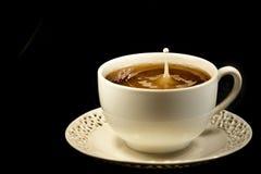 Spritzen in der Kaffeetasse Stockbild