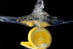 Spritzen der Orange auf Wasser Lizenzfreies Stockbild