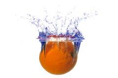 Spritzen der Orange in ein Wasser Stockbilder