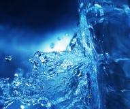 Spritzen des blauen Wassers stockfotografie