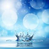 Spritzen des blauen Wassers auf bokeh Hintergrund Stockfoto