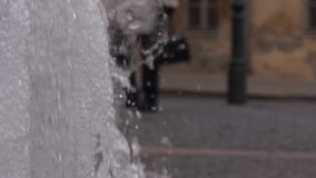 Spritzen des Brunnens Leute, die vorbei gehen stock footage