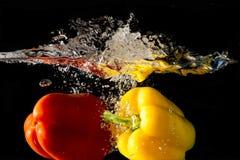 Spritzen des Gemüses auf Wasser Lizenzfreie Stockfotos