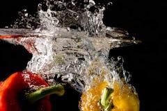 Spritzen des Gemüses auf Wasser Stockfotografie