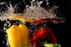 Spritzen des Gemüses auf Wasser Stockbilder