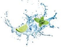 Spritzen des Kalkes, der Minze und des blauen Wassers Mojito Stockfotos