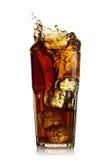 Spritzen des Kolabaums im Glas Stockfoto
