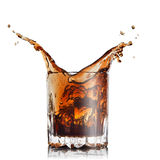 Spritzen des Kolabaums im Glas mit Eiswürfeln Stockfoto