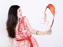 Spritzen des Lackes oder der Flüssigkeit und der Frau. Stockfotos