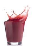 Spritzen des roten Fruchtsaftes Lizenzfreie Stockbilder