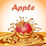 Spritzen des Safts von einem fallenden Apfel Lizenzfreie Stockfotografie
