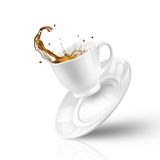 Spritzen des Tees im fallenden Cup auf Weiß Lizenzfreie Stockfotografie
