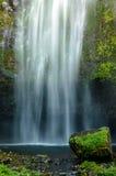 Spritzen des Wasserfalls stockfotos