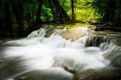 Spritzen des Wasserfalls Stockfotografie