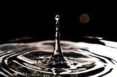 Spritzen des Wasserschwarzhintergrundes Lizenzfreies Stockbild