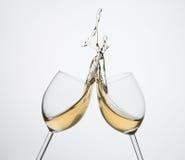 Spritzen des weißen Weins Lizenzfreie Stockfotos
