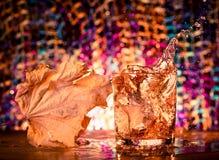 Spritzen des Whiskyglases Stockfoto