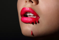 Spritzen. Die roten Lippen der Frau mit Bratenfett-Lippenstift. Kreativität Lizenzfreie Stockfotografie