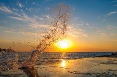 Spritzen im Meer an der Dämmerung Lizenzfreie Stockfotografie