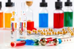 Spritzen mit Medikation, Ampullen und Phiolen, Blisterpackung und Flaschen mit farbiger Flüssigkeit auf weißem Hintergrund Lizenzfreie Stockbilder