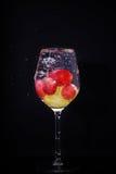 Spritzen-rote grüne Trauben Stockfotografie