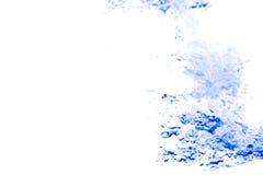 Spritzen Sie blaue Farbe des Wassers mit Blasen der Luft, auf weißem Hintergrund Lizenzfreie Stockfotos