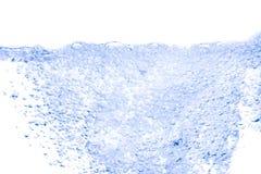 Spritzen Sie blaue Farbe des Wassers mit Blasen der Luft, auf weißem Hintergrund Stockbild