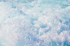 Spritzen von Meereswogen lizenzfreie stockbilder