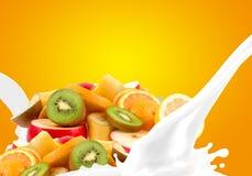 Spritzen von Milch mit Fruchtmischung Lizenzfreie Stockfotos