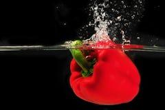 Spritzen von peper in ein Wasser Stockfotografie