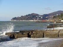 Spritzen von Wellen auf dem Pier, Schwarzes Meer, Küste Sochi Stockbild