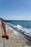 Spritzen von Wellen auf der Ufergegend Stockfoto