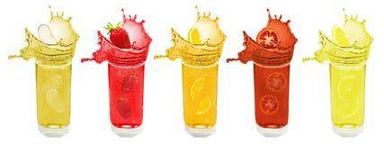 Spritzenfrucht und Beerensaft Lizenzfreie Stockfotos