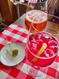 spritzer Italiaans aperitief geboren wit & x28; aqua en wine& x29; dan verbeterd stock fotografie