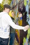 Spritzlackierverfahren mit zwei Jungen Lizenzfreies Stockbild