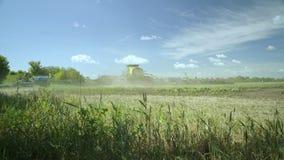 Spritzmaschine, die Bewässerung auf Landwirtschaftsfeld macht Landwirtschaftliche Maschinerie stock footage