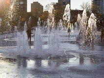 Spritzt bewundern Wasserbrunnen der Leute in im Stadtzentrum gelegenem Montreal Lizenzfreies Stockfoto
