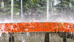 Spritzt vom Brunnenwasser an einem Sommertag stock video