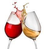 Spritzt vom Wein in zwei Weingläsern Stockbilder