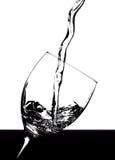 Spritzt von der Flüssigkeit im Glas Stockfoto
