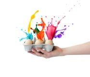 Spritzt von farbiger Farbe von Ostereiern Stockfotografie