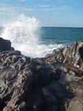 Spritzwasser auf den Felsen lizenzfreies stockbild