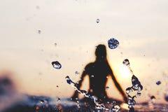 Spritzwassertropfen bei Sonnenuntergang Stockfotos