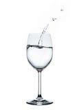 Spritzwasserwelle im Weinglas stockfotos