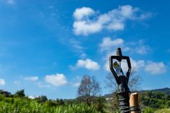 Sproeier en heldere blauwe hemel royalty-vrije stock foto
