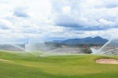 Sproeiers op golfcursus Stock Fotografie